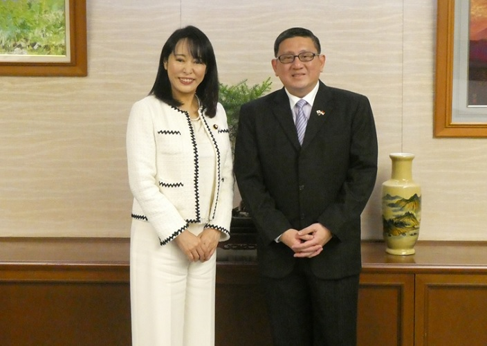 Justice Minister Received a Courtesy Call from Ambassador of Singapore to Japan